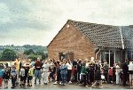 The queue to meet Bob and Danny, not the queue for the barbecue !!!  Parcroft School, Yeovil, 14-Jul-2001.